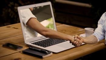 Pohovor online vs. setkání tváří v tváří. Čím se liší a jaké jsou výhody?